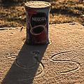 Opwarmen in de ochtendzon met een kopje Nescafe