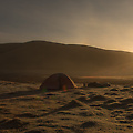 De zon komt op na een ijskoude nacht in onze tent