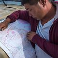 Onze chauffeur Ganbat bekijkt de route