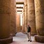 Jan bewondert de immense zuilen, Karnak