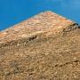 De top van de piramide van Chefren, ooit waren alle piramiden bedekt met zo'n laag