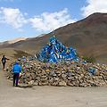 Een Oovoo op een 3600m hoge bergpas. Het is de traditie dat reizigers 3 keer met de klok mee rondom de Oovoo lopen en stenen of andere voorwerpen op de stapel gooien. Een sjamanistisch gebruik dat moet zorgen voor een veilige reis.
