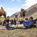 Tijd voor de lunch. De kamelen zijn afgezadeld en wij genieten van een pasta salade en een kop koffie