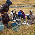 Baina, Batu en Tsovoo maken het avondeten klaar
