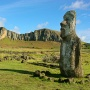 Moai met op de achtergrond de Rano Raraku vulkaan