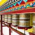 Gebedsmolens bij de Chokhang Vihara Tempel in Leh