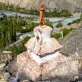 Stupa met uitizcht op de vallei
