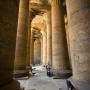 Petra bij de zuilen in de Edfu tempel