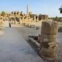 Petra wandelt door Karnak