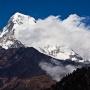 De Annapurna (5) South steekt machtig boven de omgeving uit