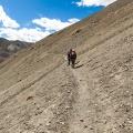 Petra en Nurboo onderweg naar de Meptak La pas (3750m)
