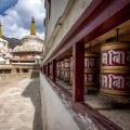 Gebedsmolens en stupa's bij het Lamayuru klooster