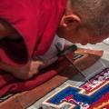 In het Samstenling klooster maken monniken een zandmandala.