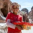 Meisje verkoopt stenen in Petra